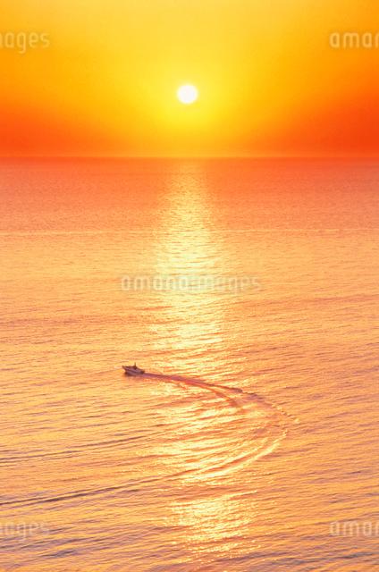 漁船と朝日の写真素材 [FYI01518628]