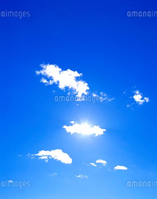 わた雲と太陽の写真素材 [FYI01518711]