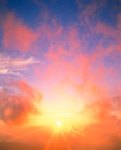 朝日と染まる雲の写真素材 [FYI01518777]