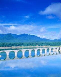 タウシュベツ川橋とウペペサンケ山と糠平湖の写真素材 [FYI01518887]