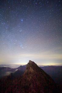 天狗岳とオリオン座などの星空の写真素材 [FYI01519200]