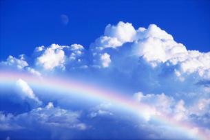 入道雲と虹の写真素材 [FYI01519234]