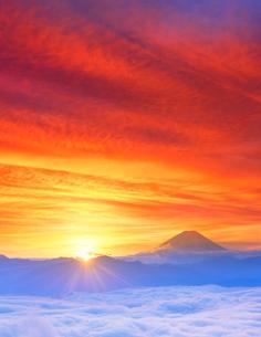 雲海と富士山と朝日の写真素材 [FYI01519494]
