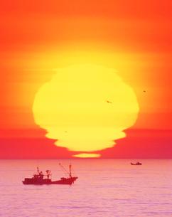 漁船と朝日の写真素材 [FYI01519695]