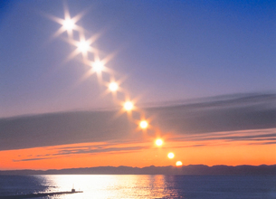 灯台と夕日と佐渡島の写真素材 [FYI01519730]