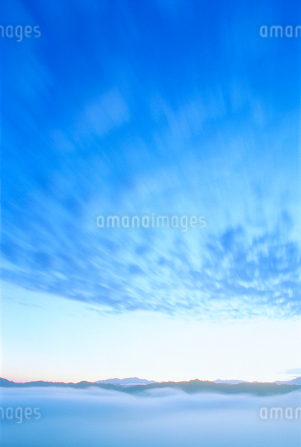守門岳方向の山並みと流れる雲の写真素材 [FYI01519977]