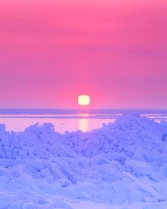 流氷と四角い朝日の写真素材 [FYI01520051]