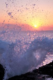 海と朝日と波しぶきの写真素材 [FYI01520754]