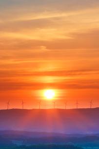 風力発電の風車と朝日の写真素材 [FYI01520814]