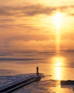 サンピラーと鱒浦港と朝日と流氷の写真素材 [FYI01520924]