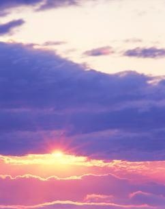 朝日と雲海と光の写真素材 [FYI01520978]