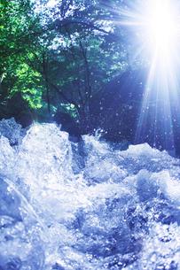 清流と木もれ日と飛沫の写真素材 [FYI01521019]