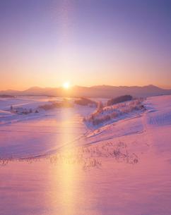 サンピラーと十勝連峰と朝日の写真素材 [FYI01521022]