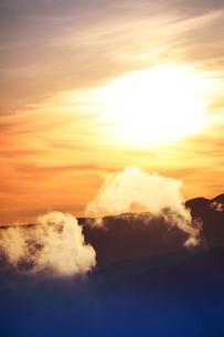 朝日と蓼科山の稜線と雲の写真素材 [FYI01521087]
