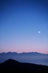 穂高連峰と宵の明星夕景の写真素材 [FYI01521350]