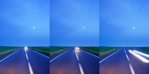 道路走行とすれ違う車と月 朝の写真素材 [FYI01521456]