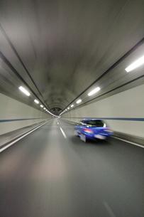 上信越自動車道のトンネル走行と車の写真素材 [FYI01521711]