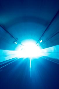 上信越自動車道のトンネル走行と出口の写真素材 [FYI01521750]