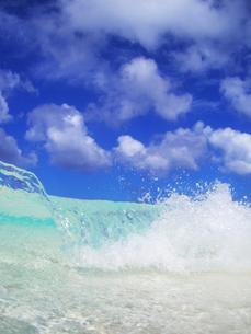 トロピカル色の波と波しぶきの写真素材 [FYI01521831]