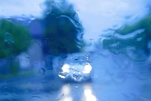 雨の道路と車の写真素材 [FYI01521958]