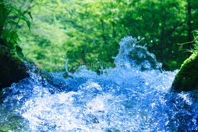 清流と飛沫の写真素材 [FYI01522037]