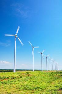 風力発電の風車と草原の写真素材 [FYI01522208]