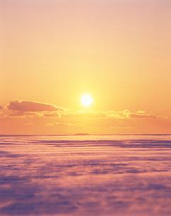 地吹雪と夕日とい雪原の写真素材 [FYI01522260]