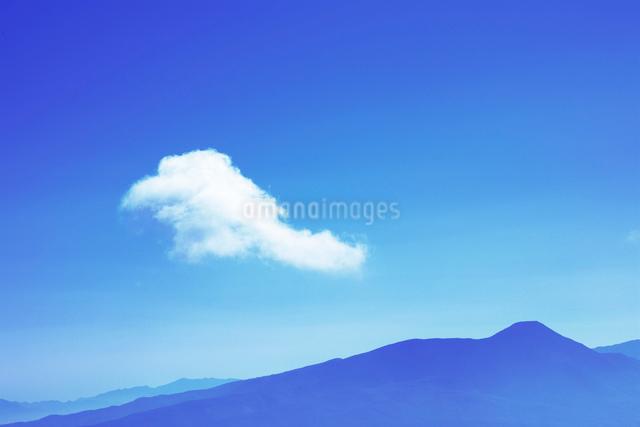 蓼科山とわた雲の写真素材 [FYI01522269]