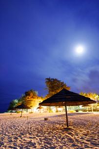 月夜のビーチと日除けの写真素材 [FYI01522279]