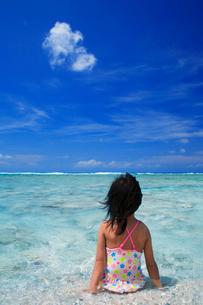 水着の女の子と海の写真素材 [FYI01522383]
