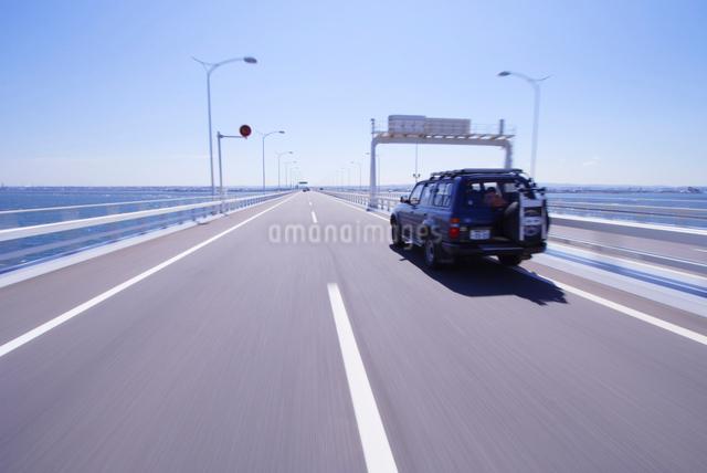 アクアライン走行と自動車の写真素材 [FYI01522402]