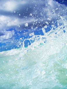 トロピカル色の波と波しぶきの写真素材 [FYI01522418]