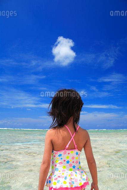 わた雲と水着の女の子と海の写真素材 [FYI01522641]
