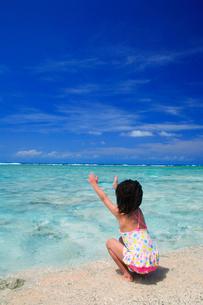 浜辺で遊ぶ水着の女の子の写真素材 [FYI01522664]