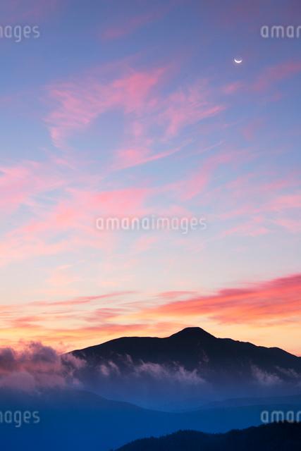 蓼科山と朝焼けと月の写真素材 [FYI01522676]