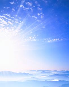 甲斐駒ケ岳方向の山並と朝の光の写真素材 [FYI01522682]