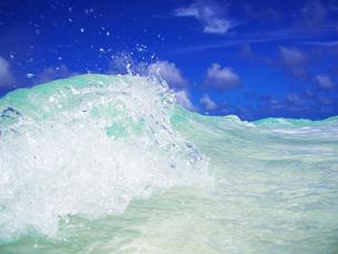 トロピカル色の波と波しぶきの写真素材 [FYI01522696]
