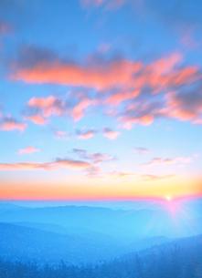 大仏岳方向の山並と流雲と夕日の写真素材 [FYI01522899]