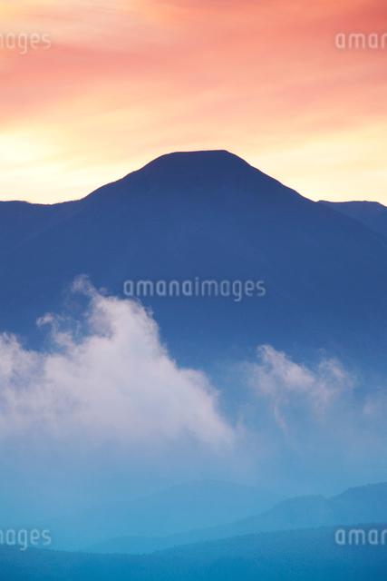 蓼科山と朝の雲の写真素材 [FYI01522900]