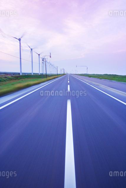 風力発電の風車と道路走行 朝の写真素材 [FYI01522943]
