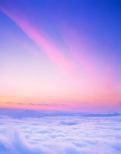 朝の雲海と斜里岳方向の山並の写真素材 [FYI01523010]