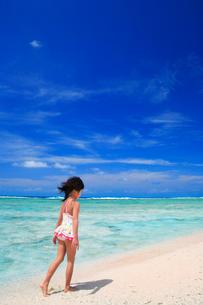 ビーチを歩く水着の女の子と海の写真素材 [FYI01523061]