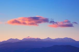 甲斐駒ケ岳と朝焼けの雲の写真素材 [FYI01523259]