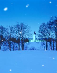 夕景の美馬牛小学校と塔と雪の写真素材 [FYI01523400]