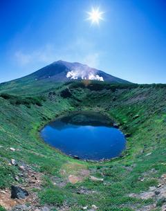 噴煙と旭岳と擂鉢池の写真素材 [FYI01523478]