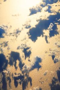 輝く朝の海と雲の写真素材 [FYI01523512]