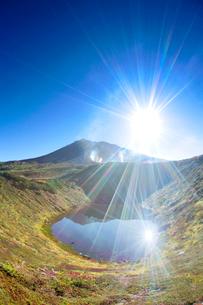噴煙と旭岳と擂鉢池の写真素材 [FYI01523769]