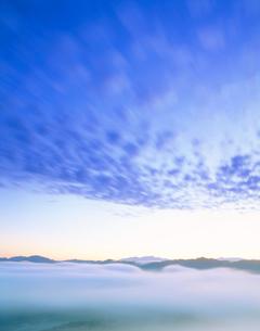 朝の浅草岳方向の雲海と流雲の写真素材 [FYI01524104]
