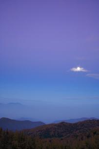 月と流れる雲と浅間山 夕景の写真素材 [FYI01524307]