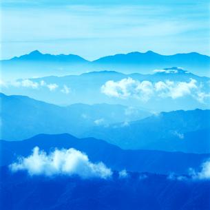 朝の山並み 甲斐駒ケ岳方向の写真素材 [FYI01524368]